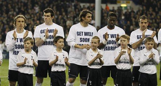 'Yan Kungiyar Tottenham Hotspur sanye da rigunan addu'ar samun sauki ga Fabrice Muamba kafin karawarsu ta ranar Laraba 21 Maris 2012.