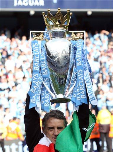 Manajan Manchester City, Roberto Mancini, rike da kofin zakarun wasannin lig-lig na English Premier da 'yan wasansa suka lashe yau lahadi, 13 Mayu 2012 a filin wasa na Etihad dake Manchester.