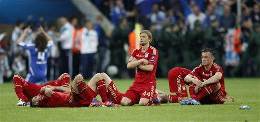 Anatoliy Tymoshchuk na Bayern Munich, a tsakiya, tare da sauran 'yan kungiyar cike da bakin ciki a bayan da Didier Drogba ya buga fenaritin da ya ba Chelsea kofin zakarun kulob-kulob na Turai a Munich, asabar 19 Mayu 2012.