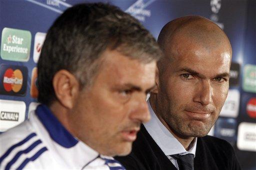 Zinedine Zidane, mai bayar da shawara ga kungiyar kwallon kafa ta Real Madrid (a dama) tare da kwach na kungiyar Jose Mourinho, lokacin wani taron 'yan jarida a Lyon ta kasar Faransa tun watan Fabrairun 2011. (Associated Press)