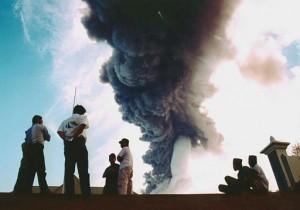 Debu vulkanik mengepul dari kawah gunung Gamalama di Ternate, Maluku (foto: AP).
