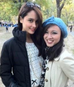 Cinta Laura (kiri) dan reporter VOA Vici Vadeline di New York.
