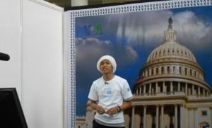Salah seorang presenter dadakan VOA dalam 'Newscaster Experience' pada acara 'Pesta Blogger' ON|OFF 2011.