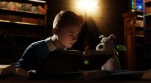 Tintin dan anjingnya, Snowy, dalam salah satu adegan dalam film 'The Adventures of Tintin' (foto: VOA).