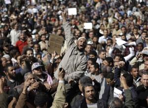 Rakyat berdemonstrasi di Kairo, Senin (1/31). Golongan oposisi menggalang aksi demonstrasi yang ditargetkan mampu mengumpulkan satu juta orang untuk menuntut pengunduran diri Presiden Hosni Mubarak.
