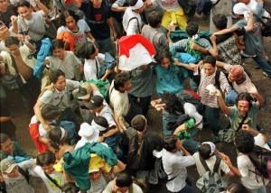Para mahasiswa yang berkumpul di halaman gedung MPR/DPR, Jakarta, merayakan pengunduran diri Presiden Suharto, Kamis, 21 Mei 1998(AP Photo/Bullit Marquez).