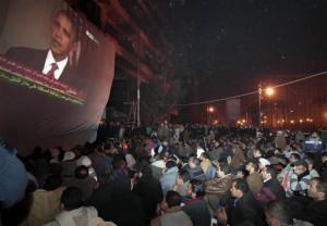 Para demonstran anti-pemerintah menonton pidato Presiden Obama dari Washington, DC, yang memberikan reaksinya atas perkembangan terbaru di Mesir, Rabu (2/2), (AP Photo/Lefteris Pitarakis)