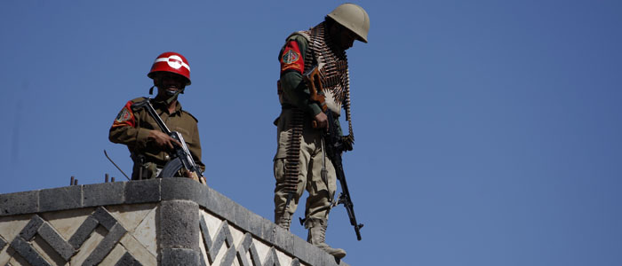 Yemeni soldiers stand guard on the rooftop of a state security court during a trial of suspected al-Qaida militants in Sana'a, Yemen, January 21, 2013. (AP)