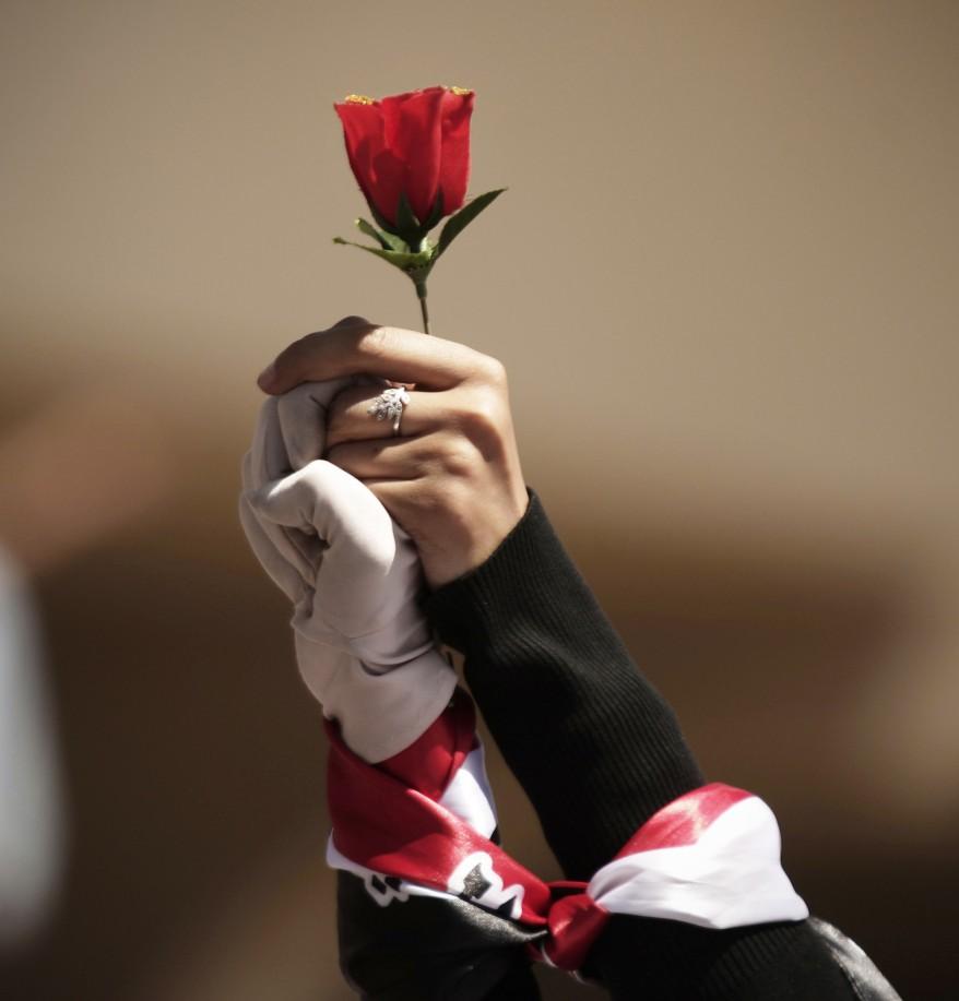 Slikovni rezultat za vojnik s ružom