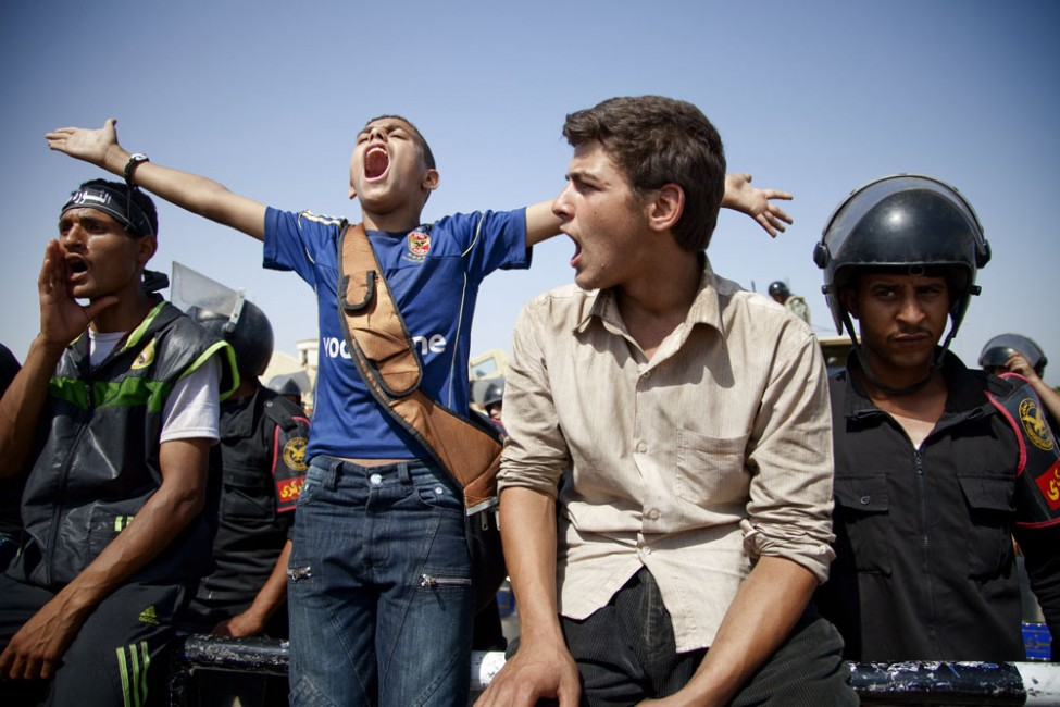 Young anti-Mubarak protesters chant outside of the Cairo courthouse where former Egyptian president Hosni Mubarak awaiting a verdict in his trial, June 2, 2012. (VOA/Y. Weeks)