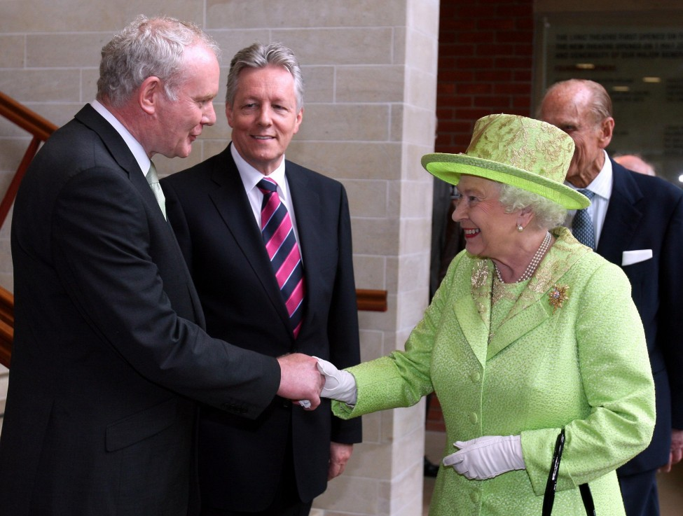 Ракување во Белфаст меѓу кралицата Елизабета и поранешниот командант на ИРА Мартин Мекгинис, кој сега е заменик-прв министер во Владата на Северна Ирска. (AP)[/caption]  [caption id=