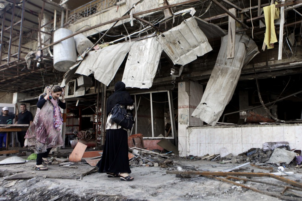 巴格达购物区汽车炸弹爆炸后,伊拉克人察看破坏情况
