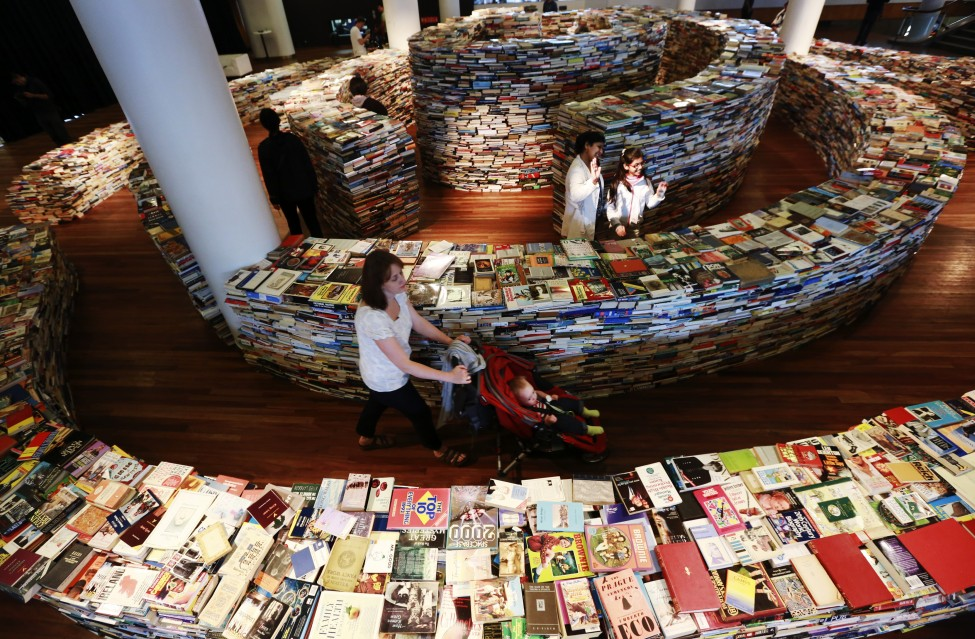 伦敦aMAZEme书展由25万本书摆成迷宫