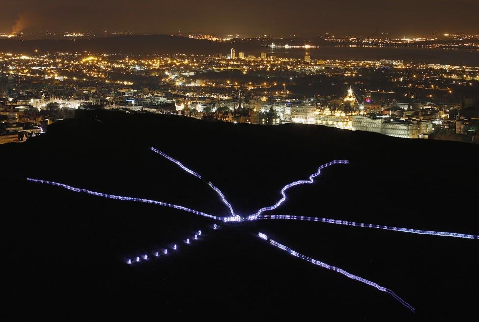 8月8日英国爱丁堡艺术节期间,参与艺术运动人士身穿发光服装,在爱丁堡