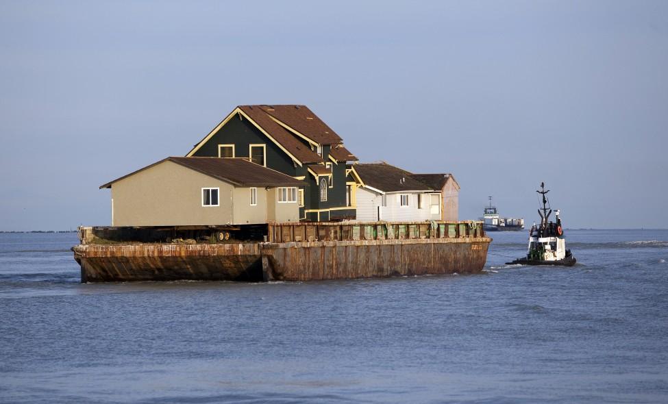 拖船牵引平底船搬家,途经温哥华附近海峡