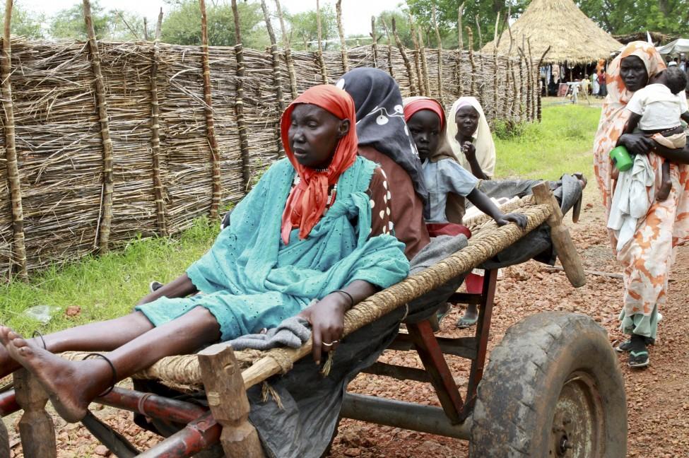 南苏丹女病人坐车前往国际医疗队诊所就医