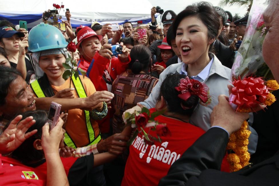 Тајландскиот премиер Јинглук Шинаватра во посета на поплавените области северно од Банкок. (Reuters)[/caption]  [caption id=
