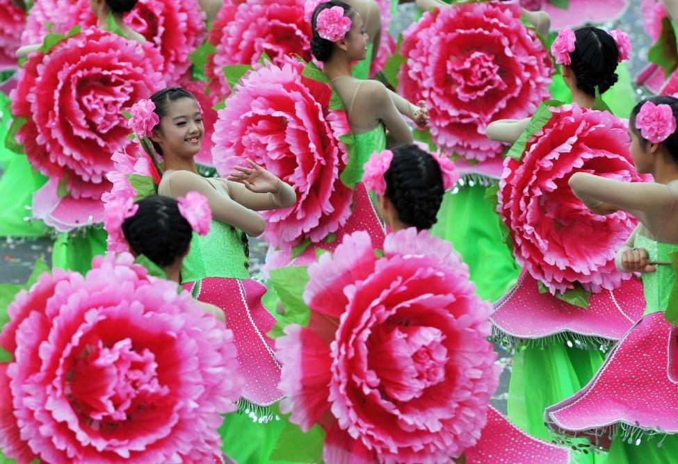 台湾学生在总统府门前演出,庆祝双十节