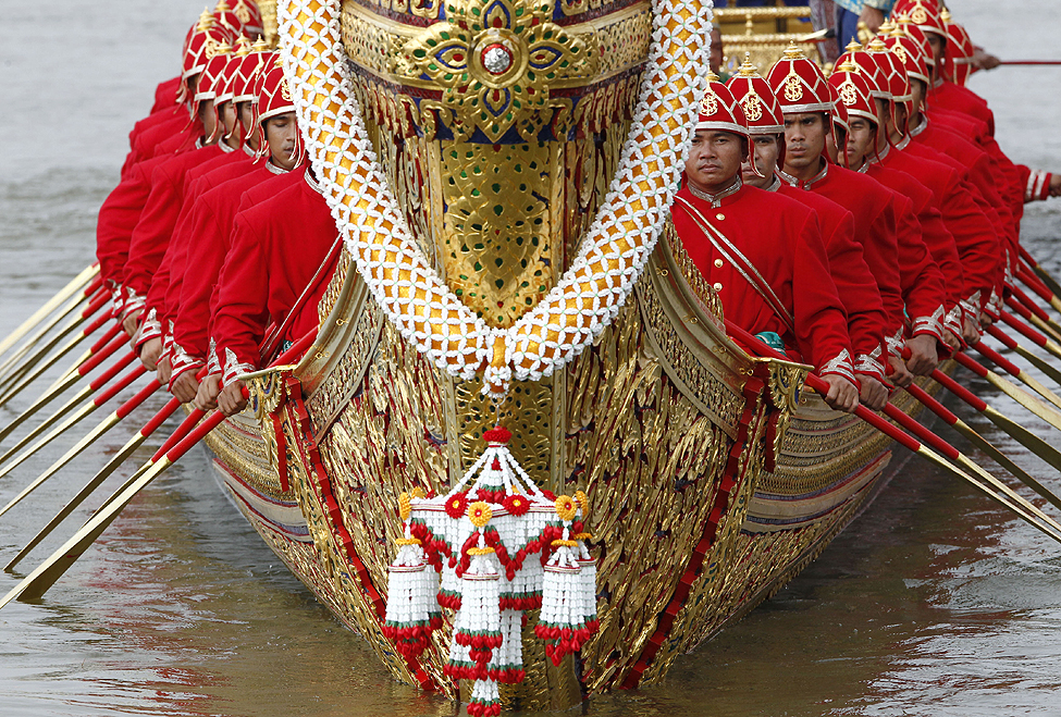 Thai Barge Oarsmen