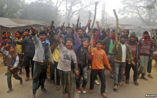 Protesters shout slogans during a clash with police in Gaibandha, Bangladesh, Jan. 5, 2014. Reuters