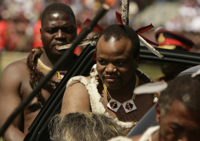 Swaziland's King Mswati III  arrives for celebrations marking his 40th birthday and the country's 40th year of independence at the Somhlolo national stadium outside Mbabane September 6, 2008. Swaziland, one of the world's last absolute monarchies, is holding a multi-million dollar celebration of the king's 40th birthday and its 40th year of independence on Saturday after rare protests over poverty. REUTERS/Siphiwe Sibeko