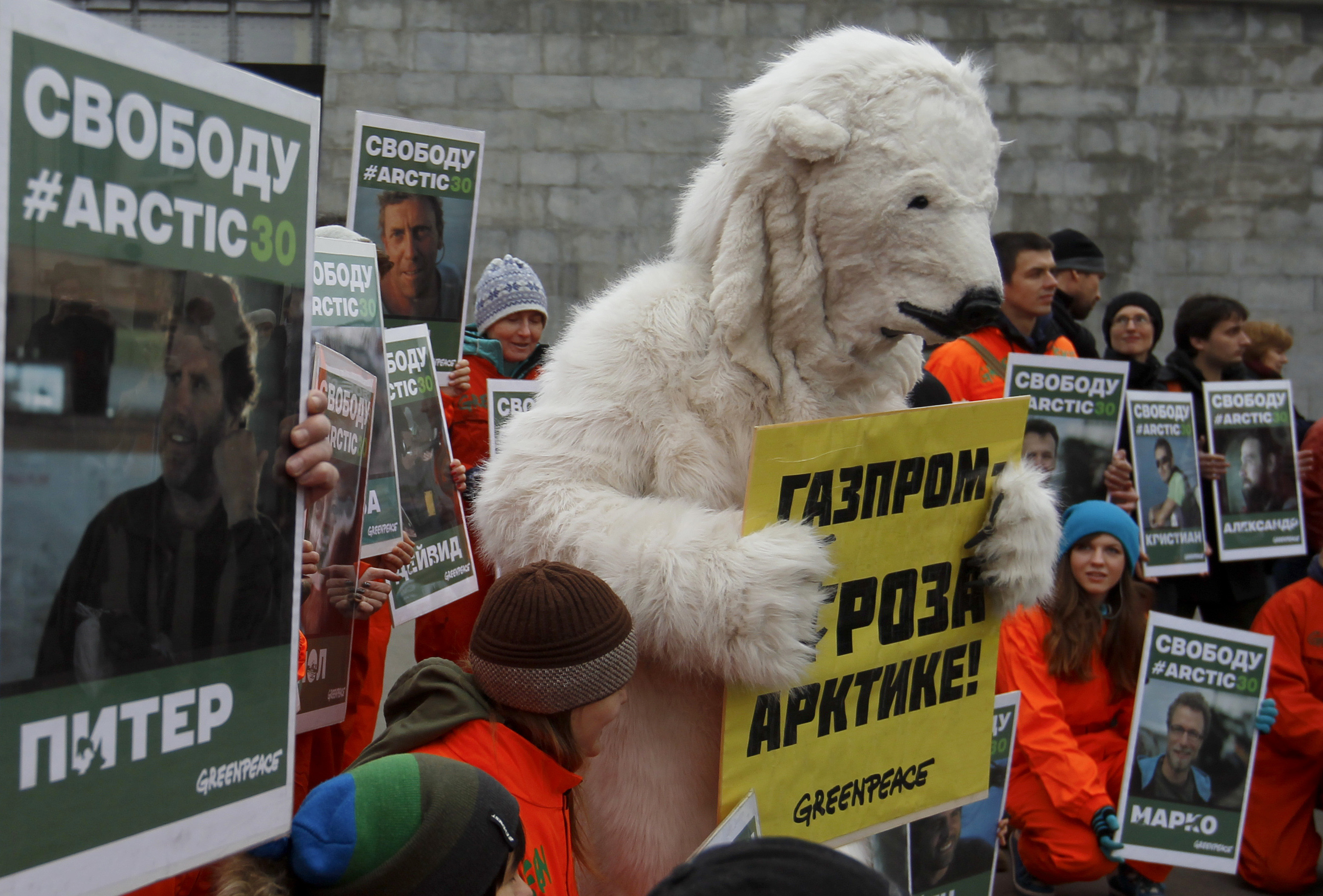 Detention of Greenpeace activists at the Gazprom office turned into a masquerade 05.09.2012 47
