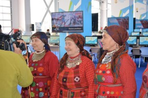 Бурановские бабушки с удовольствием общаются с китайскими телевизионщиками