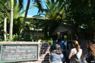 У входа в дом-музей Хемингуэя всегда очередь.