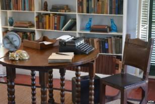В рабочем кабинете писателя тоже фигурки кошек.