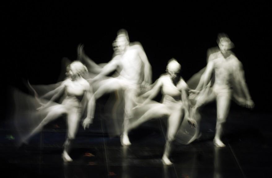 Танцевальная композиция на 62-ом фестивале песни в Сан-Ремо. Италия (AP)
