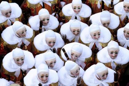 Танец клоунов во время карнавального шествия в Бельгии (AP)
