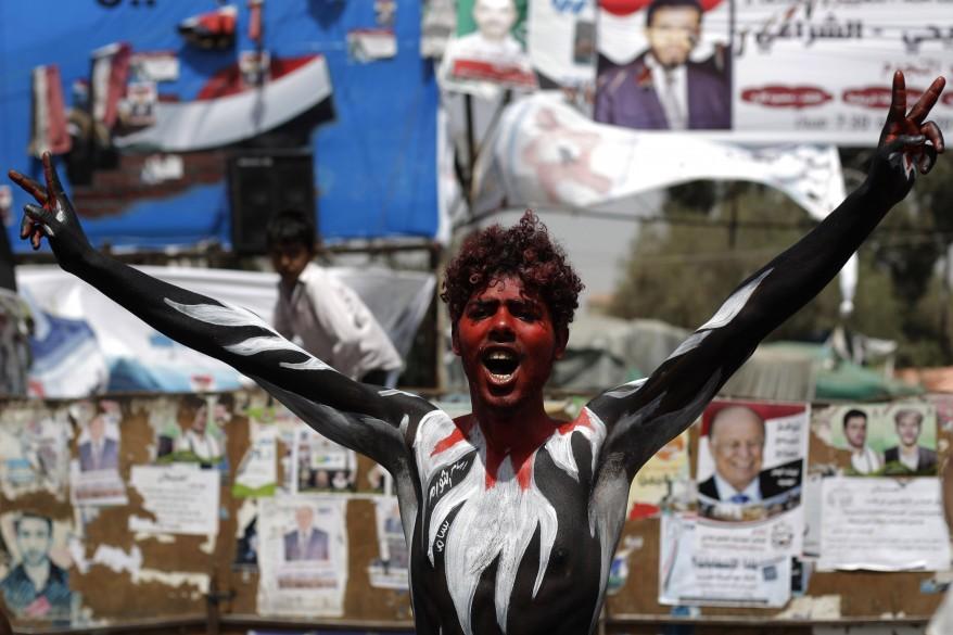Демонстрантка, расписанная в цвета йеменского флага, во время митинга в Сане требует судебного преследования президента Али Абдаллы Салеха (AP)