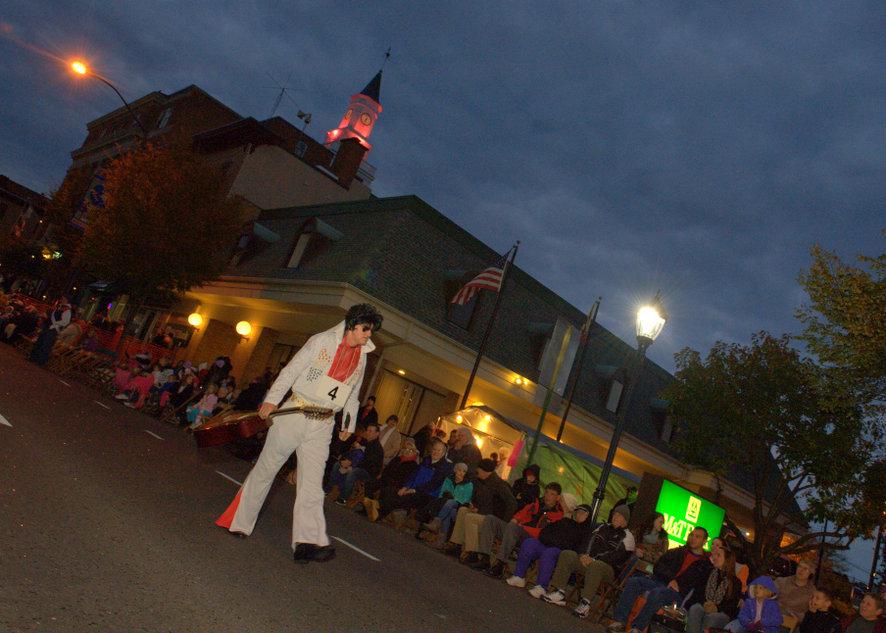 Хэллоуин-парад  в городке  Хагерстаун, шатат Мэриленд.Элвис Пресли