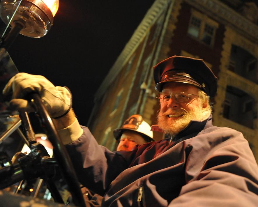 Хэллоуин-парад  в городке  Хагерстаун, шатат Мэриленд. Старый пожарный
