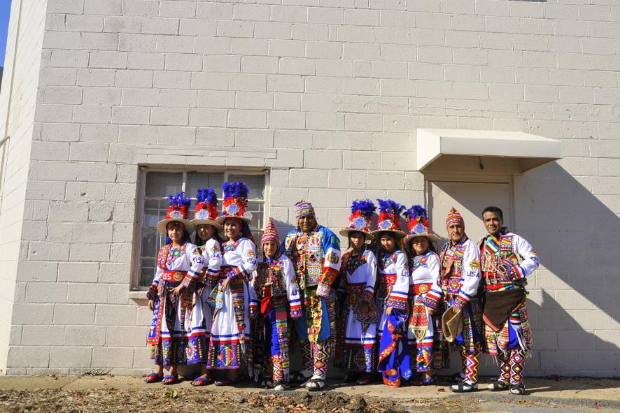 Танцевальный коллектив. Перед парадом