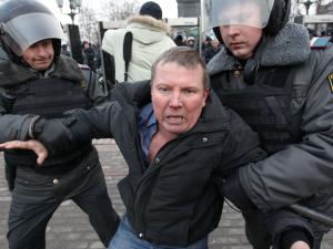 Следующая остановка для этого участника анти-путинских протестов – кузов полицейского грузовика.