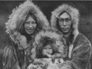 Приветствуют Чурова? Нет, эта семья эксимосов-инупиатов была сфотографирована в 1928 году Эдмундом Кертисом.