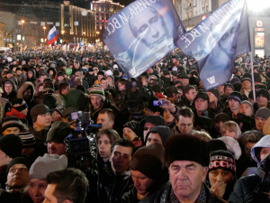 Эти россияне поддерживают премьер-министра Владимира Путина. Как пропутинские, так и антипутинские силы взяли на вооружение эту походящую на изображение призрака фотографию Путина из журнала Times за 2007 год, когда он был признан Человеком года.