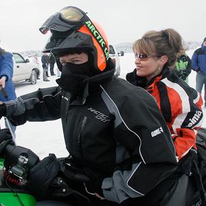 Сара Пэйлин, бывшая тогда губернатором Аляски, с мужем Тоддом Пэйлином (в простонародье именуемым «Первый мужик»), готовится к участию в гонках на снегоходах в городе Биг-Лейк.  Фото: AP