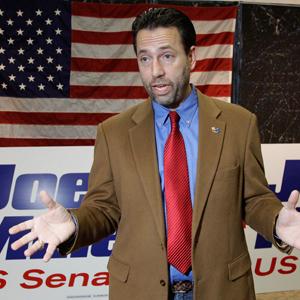 Проиграв выборы в Сенат в 2010 году, республиканский кандидат начал кампанию за семь островов к западу от Берингова пролива. Здесь он говорит с журналистами в административном центре Аляски, городе Джуно, в 2010 году. Фото: AP