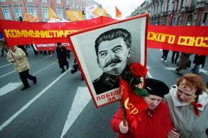 1 мая сторонники КПРФ выставят напоказ хранящиеся у них портреты Сталина. Это – сцена прошлогоднего парада в Санкт-Петербурге. Фото: AP, Павел Головкин