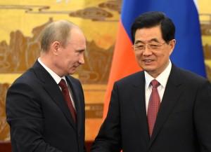 Вот он, друг! Президент Путин обменивается рукопожатием с председателем КНР Ху Цзиньтао на церемонии подписания соглашений в зале китайского парламента в Пекине, 5 июня.  Фото: Reuters/ Марк Ролстон