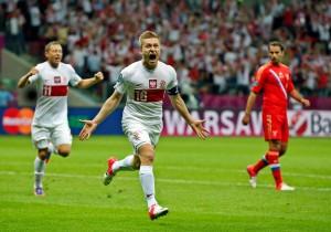 Польский полузащитник Якуб Блащиковски празднует гол, которым он во втором тайме сравнял счет в игре с Россией. Фото: AP/ Мэтт Данхем