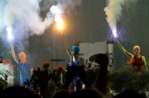 Члены анонимной панк-группы Pussy Riot появились 2 июля на концерте американской рок-группы Faith No More в Москве. Более 100 российских художников и музыкантов подписали петицию к государственным властям с просьбой об освобождении трех участниц группы, которым грозит до семи лет тюрьмы за проведение антипутинского «панк-молебна» в центральном соборе Москвы. Суд над ними начнется 20 июля в Москве.  Фото: Reuters/Сергей Карпухин