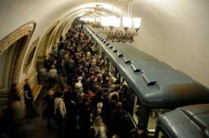 В прошлом году московское метро перевезло почти столько же пассажиров, сколько метро Лондона и Париже вмести взятые. Поезда приходят каждые 90 секунд, но пассажиры все равно толпятся на перроне. Фото: Кристоф Менебеф