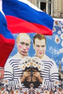 То, над чем можно смеяться в Берлине – запрещено в Москве. На Параде Дня Кристофер-стрит в Берлине российские активисты в защиту прав сексуальных меньшинств несли плакат с сатирическим изображением правящего тандема. Процессия, собравшая 700 тысяч участников и зрителей, ненадолго задержалась перед Российским посольством, чтобы выстрелить из пушки, заряженной радужным конфетти. После того, как в марте власти Санкт-Петербурга запретили все публичные проявления «гей-пропаганды», российская Дума раздумывает над введением этой осенью аналогичного общегосударственного запрета.  Фото: Reuters/Томас Питерс
