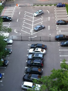 Двадцать пять пустых стоянок за новым забором на Кутузовском проспекте, 11. Это могло бы быть рациональным решением проблемы для владельцев 25 машин, запаркованных на тротуаре перед забором. Фото: Джеймс Брукс, «Голос Америки»