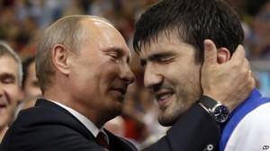 Политическое чутье не подвело. Президент Владимир Путин, обладатель черного пояса по дзюдо, оказался в олимпийском Лондоне, когда Россия завоевала одну из первых золотых медалей. На фото – Путин поздравляет российского дзюдоиста Тагира Хайбулаева, победившего в категории до 100 кг. Фото: Reuters/Darren Staples