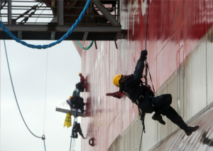 Шесть активистов «Гринписа» продемонстрировали свои альпинистские и рекламные навыки, вскарабкавшись 24 августа по стальной стене буровой платформы «Приразломная». Фото: «Гринпис»/Денис Синяков