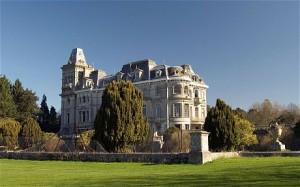 «Самый позолоченный изгнанник». Бежавший из России московский банкир приобрел прошлым летом в Великобритании вот этот особняк. Отныне бывшая собственность отца короля Георга III – поместье Park Place, за которое новый владелец заплатил 217 млн., стало самой дорогой резиденцией на британских островах. В 2008-2010 на ее ремонт было истрачено 150 млн. долларов.